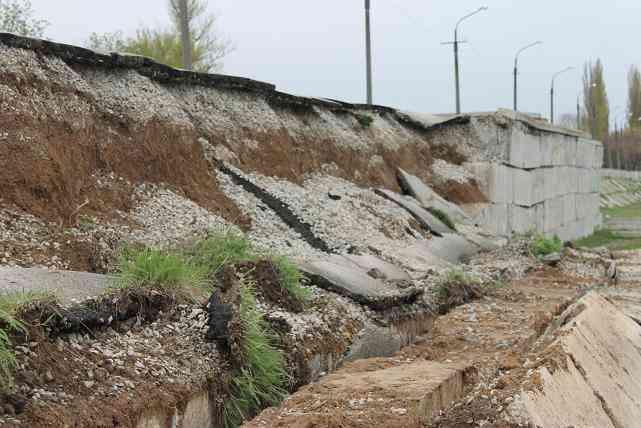 Пиротехники не понадобились: в Павлограде началось грандиозное разрушение дамбы