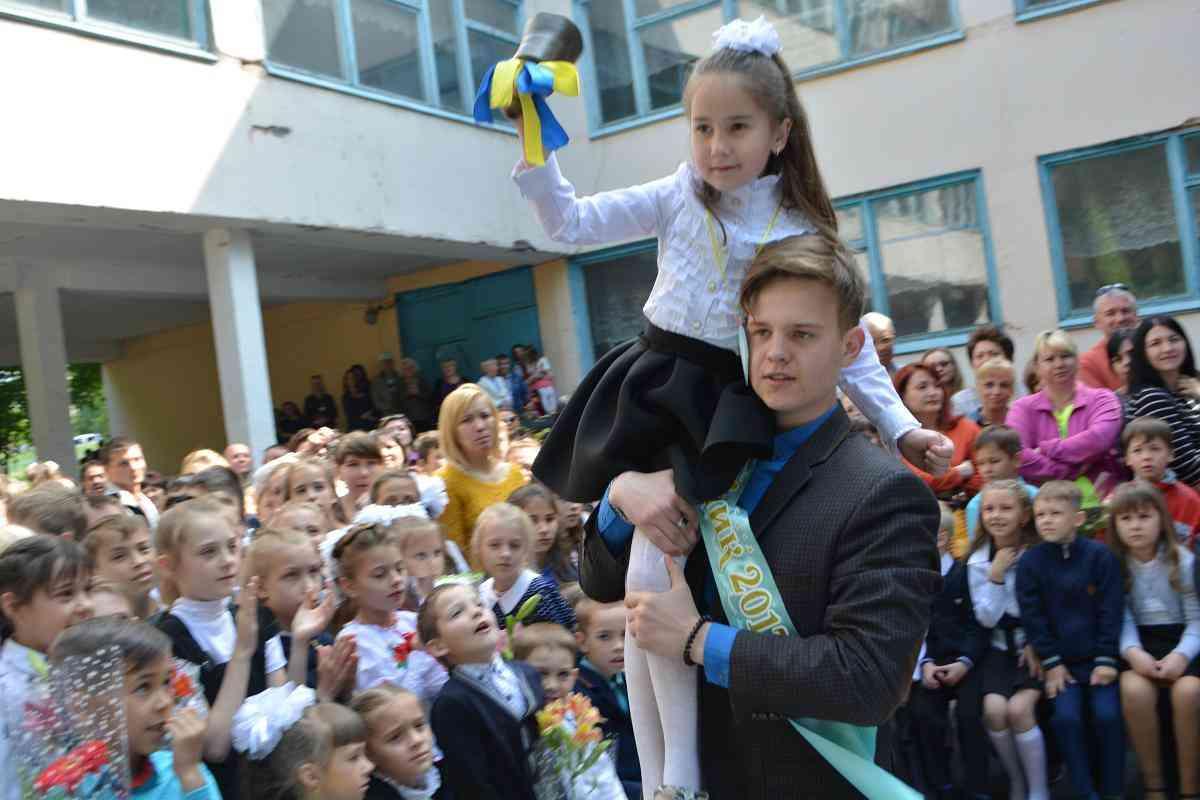 Последние звонки в школах Западного Донбасса пройдут без школьного вальса и долгих прощаний