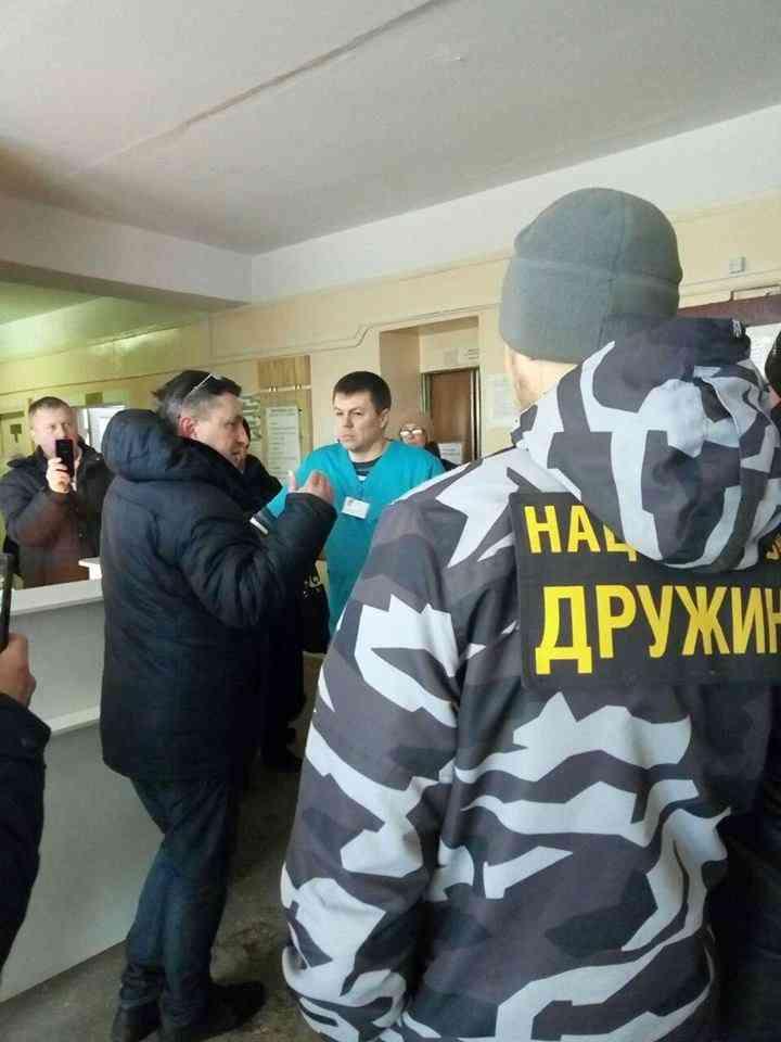 Павлоградцы пикетировали горбольницу №4, где в общей палате находится обвиняемый в двойном убийстве Валентин Земцов