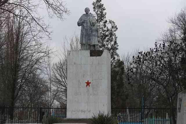 Неуловимый  подпольщик, в  Павлограде, рисует красные звезды