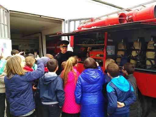 Павлоградским детям дали в руки пожарный шланг