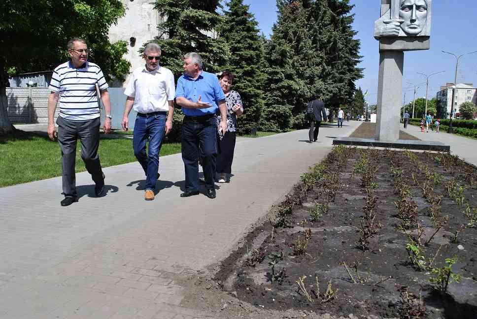 Зеленый рай: 300 саженцев сакур и 1000 кустов роз благодаря заботе Артура Мартовицкого украсили Западный Донбасс