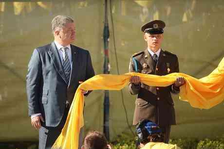 Президент Порошенко поднял над Днепром крупнейший Государственный Флаг Украины