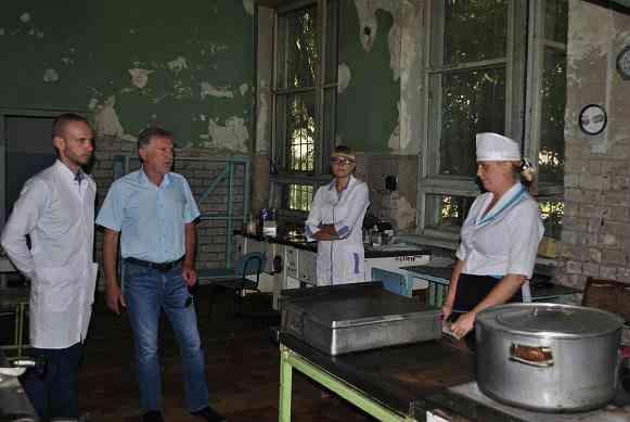 Народный депутат  ознакомился с ходом работ по ремонту и реконструкции старых отделений павлоградской больницы №4