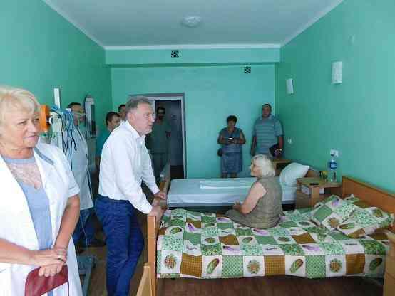 Народный депутат пообщался с пациентами   травматологического отделения Першотравенской ЦГБ