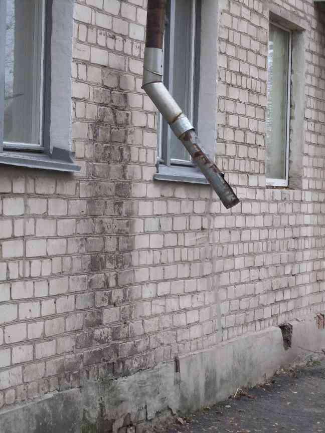 «У нас в подвале украли  все вентили с труб отопления, и железные двери  с подвала тоже», - рассказывает жительница разваливающегося дома
