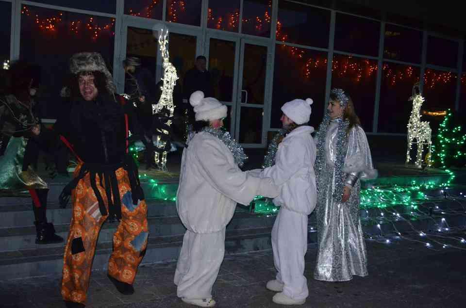 Маленьки тернівчани стали в хоровод біля міської новорічної ялинки