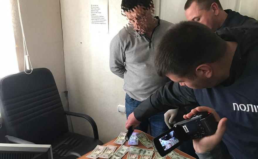 Загипнотизированные чиновники стали жертвами политической рекламы и попались на взятке