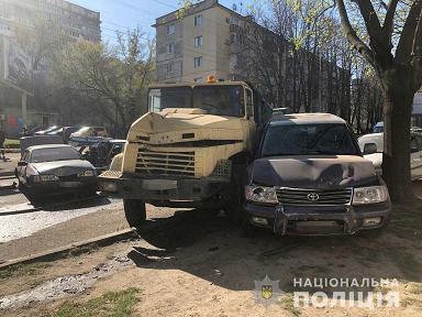 Взбесившийся «КрАЗ» повредил в Днепре 12 автомобилей