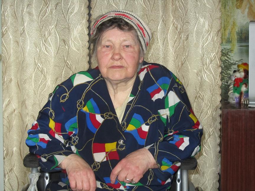 78-летняя женщина-инвалид, в Павлограде, вынуждена таскать на себе 30-килограммовую коляску и петь от отчаяния песни