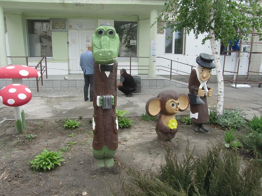 Чебурашка, вместе с Крокодилом Геной и Шапокляк, лечат расшатавшиеся нервы во дворе павлоградской больницы