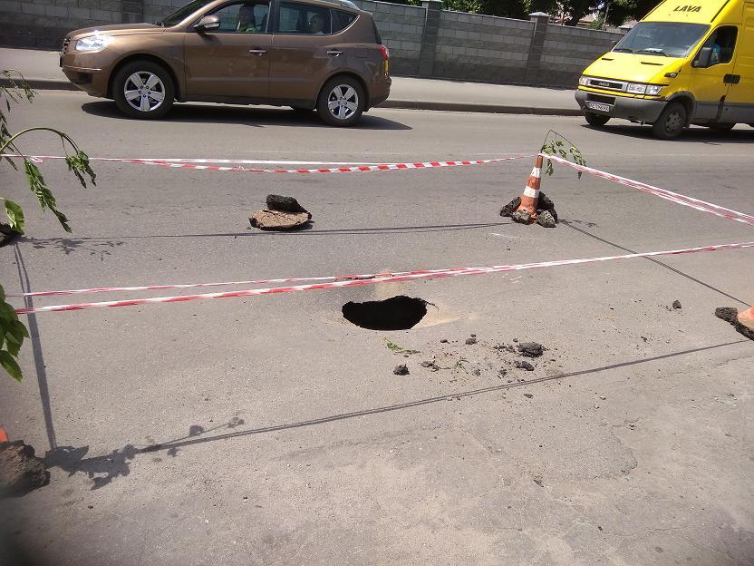 На улице Полтавской в Павлограде  провалился асфальт, но демоны к этому руки не прилагали