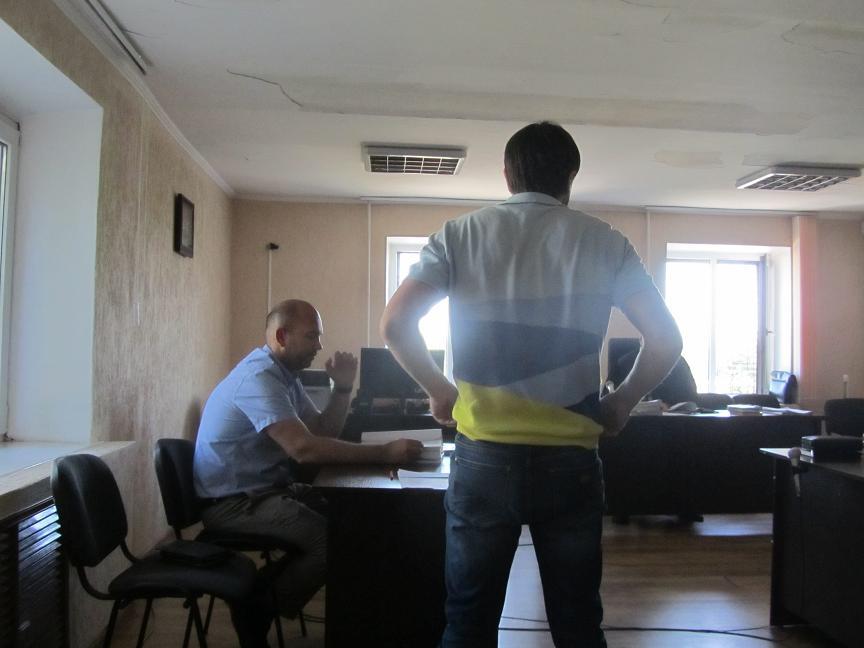 Уже в кабинете я попросил начальника УКХ Павлограда скинуть цену, он согласился и я передал ему 1200 долларов,- заявил предприниматель в суде