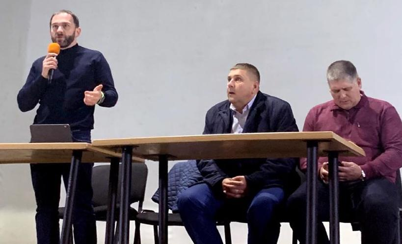 В отличие, от Павлограда, встреча с  терновскими активистами вдохновила депутата Романа Каптелова