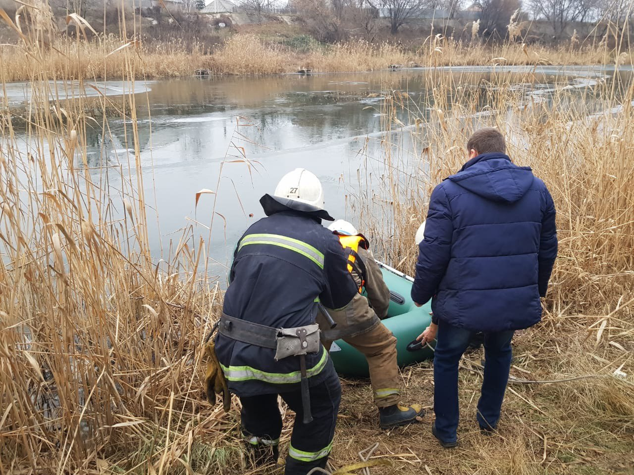Незадачливого рыбака, провалившегося в реке Волчьей в Павлограде, вытаскивали 7 спасателей
