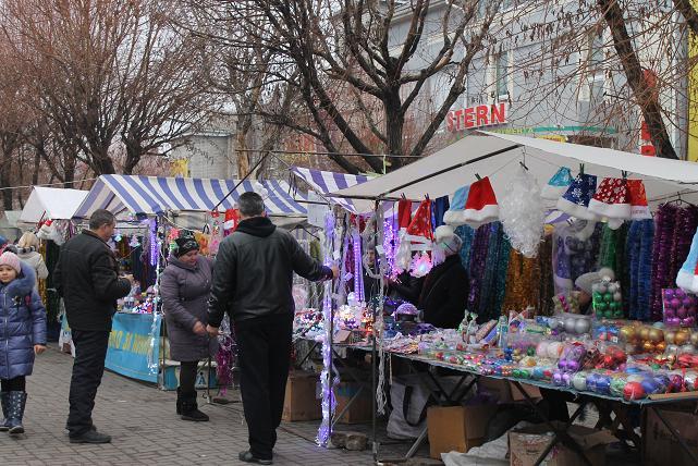 Продавцы новогодних елок и мыльных фаллосов, ждут, когда в Павлограде шахтеры получат аванс