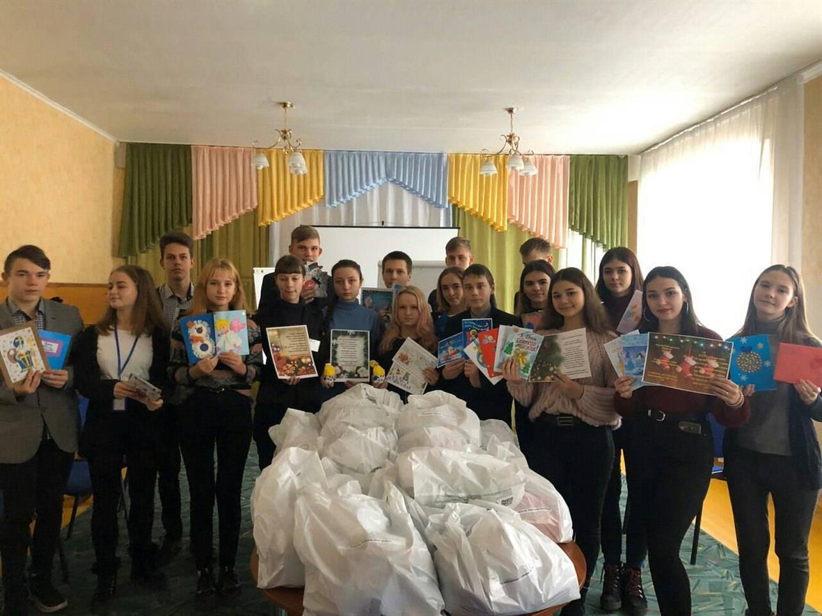 Около тонны именных новогодних подарков из Павлограда отправилось в Марьинку