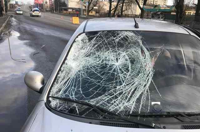 Павлоградцев просят подсказать: Мужчина сам бросился под колеса «Daewoo Lanos» или водитель гнал машину на красный сигнал?