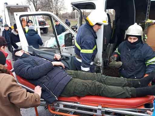 Только при  помощи гидравлического инструмента спасателям удалось освободить водителя деформированного микроавтобуса