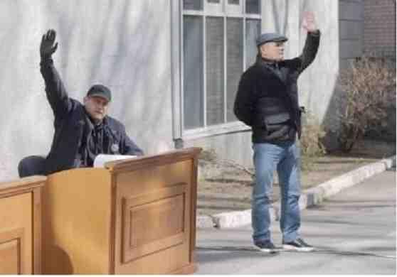 Ради того, чтобы не передать друг другу заразу, днепровские депутаты заседали во дворе горсовета