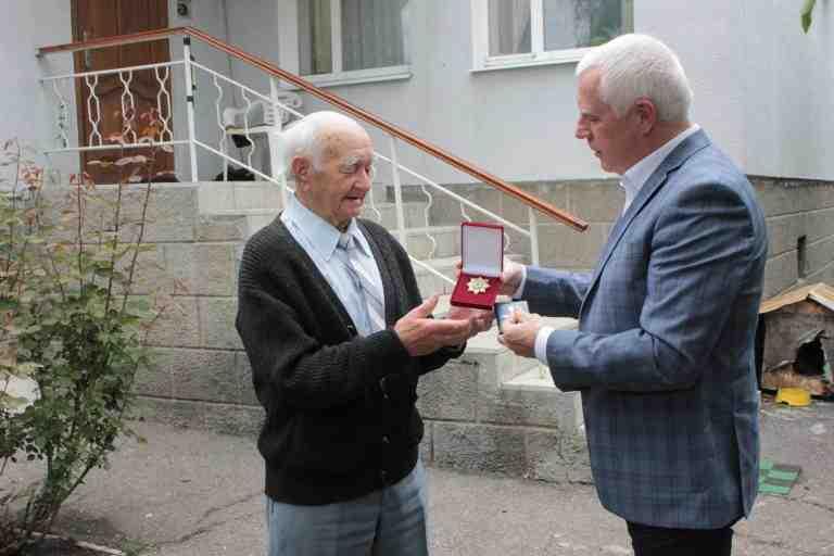 Городской голова Павлограда напомнил почетным гражданам, что они служат примером для всех