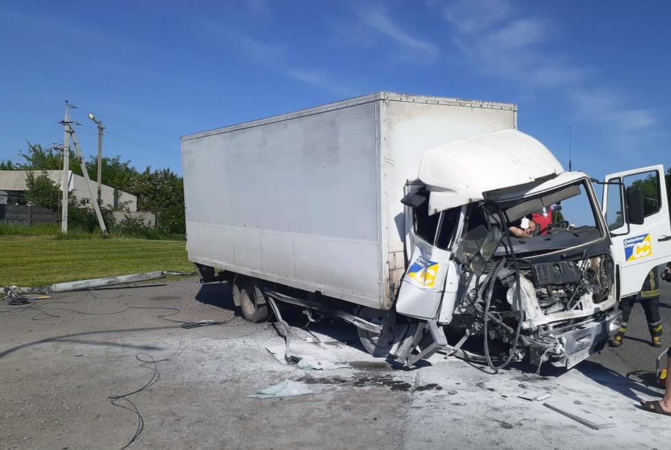 Пассажира «Mercedes-Benz» зажало в кабине в результате столкновения с электроопорой по ул. Днепровской в Павлограде
