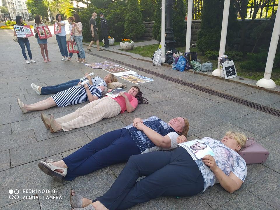 Матери украинских пленных легли на асфальт