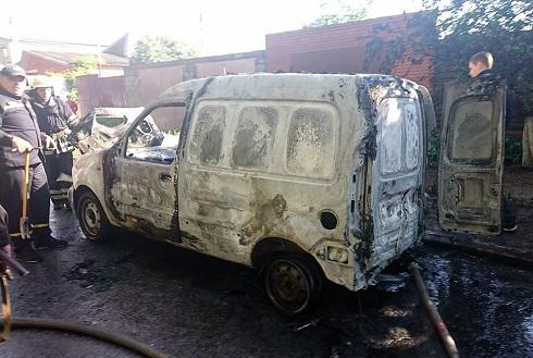 В салоне сгоревшего «RENAULT Kangoo»  обнаружено тело мужчины