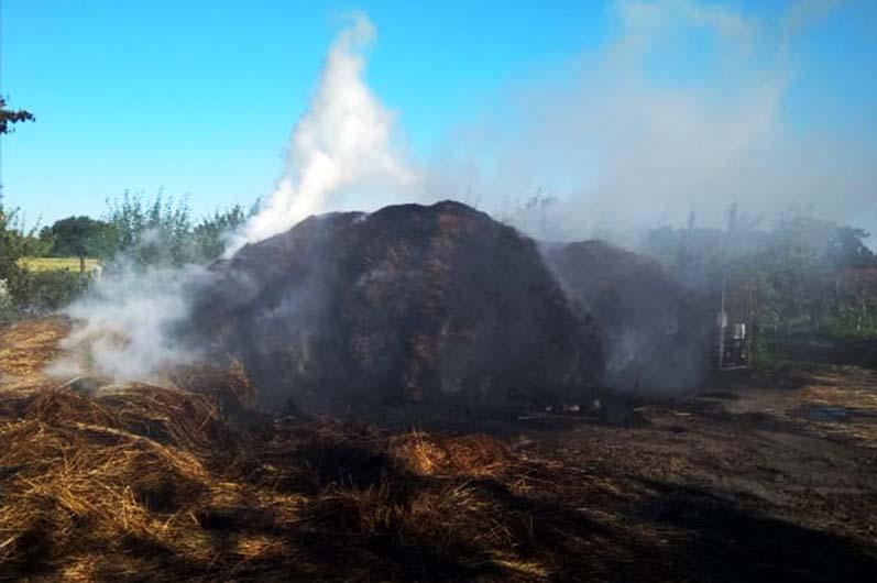 В с. Шандровка Юрьевского района сгорело 5 тонн сена