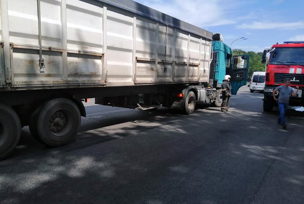 ДТП на Днепровской в Павлограде: тело погибшего мужчины, заблокированного под моторным отсеком грузовика, доставали спасатели