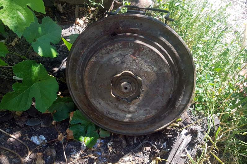 Павлоградец на своем огороде обнаружил противотанковую мину