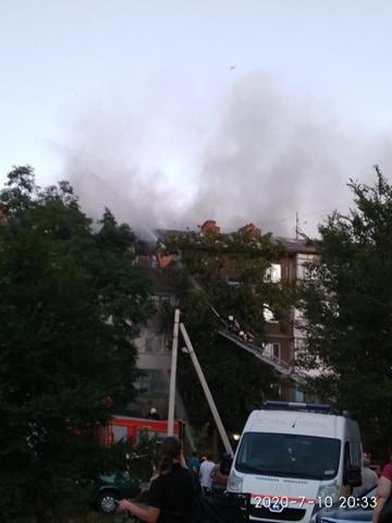 В Павлограде горела крыша пятиэтажки: бабушка мирно спала, когда в ее задымленную квартиру вошли спасатели
