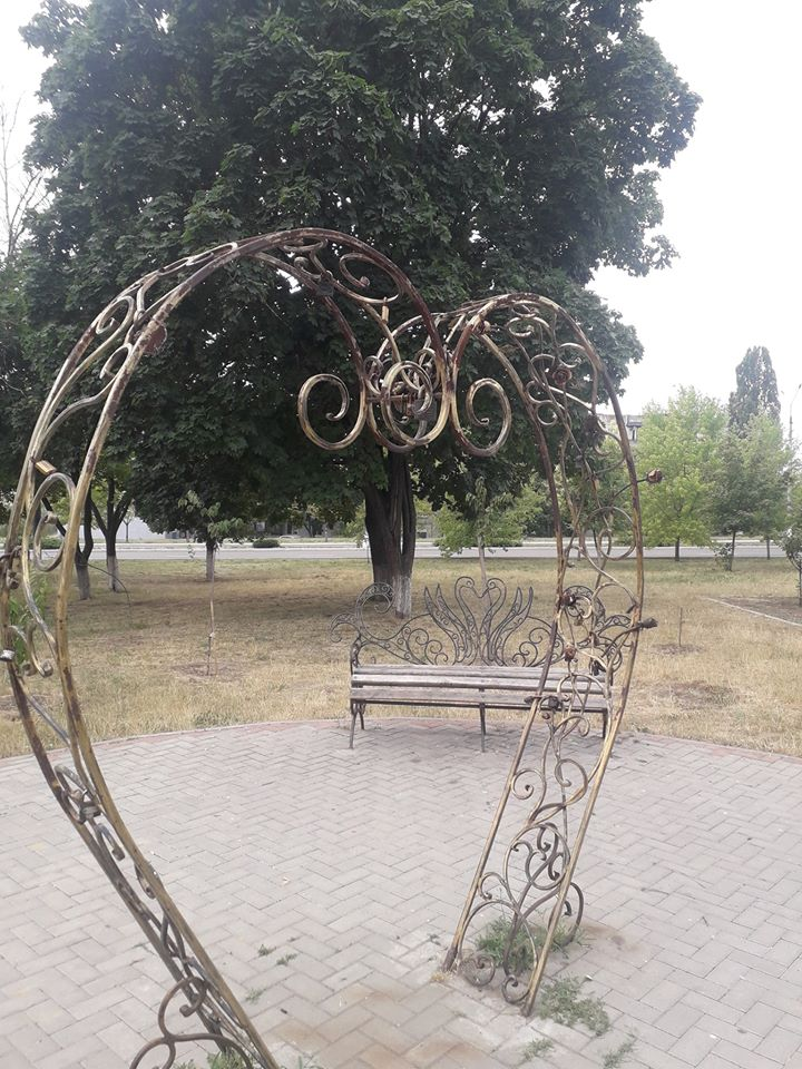 Ржавеет сердце: в Терновке не нашлось 50 гривен на реставрацию символа Вечной Любви