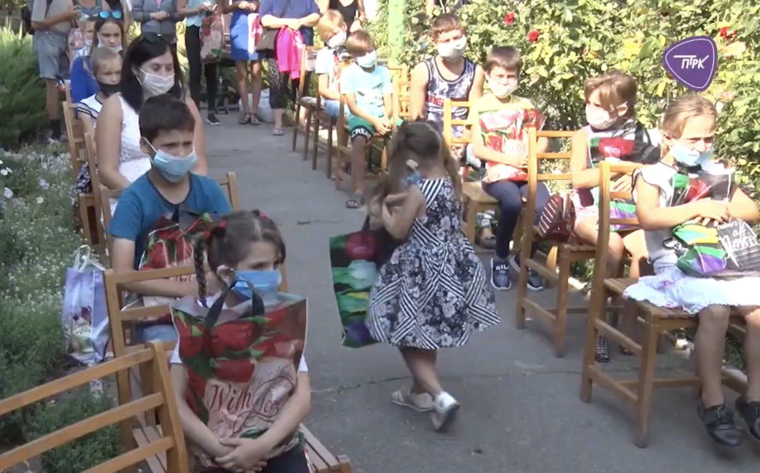 Городской голова Павлограда лично обеспечил одеждой и школьными принадлежностями двух павлоградских школьников