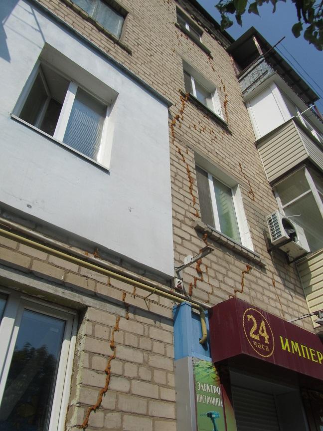 В Павлограде разрушающийся дом спасают монтажной пеной