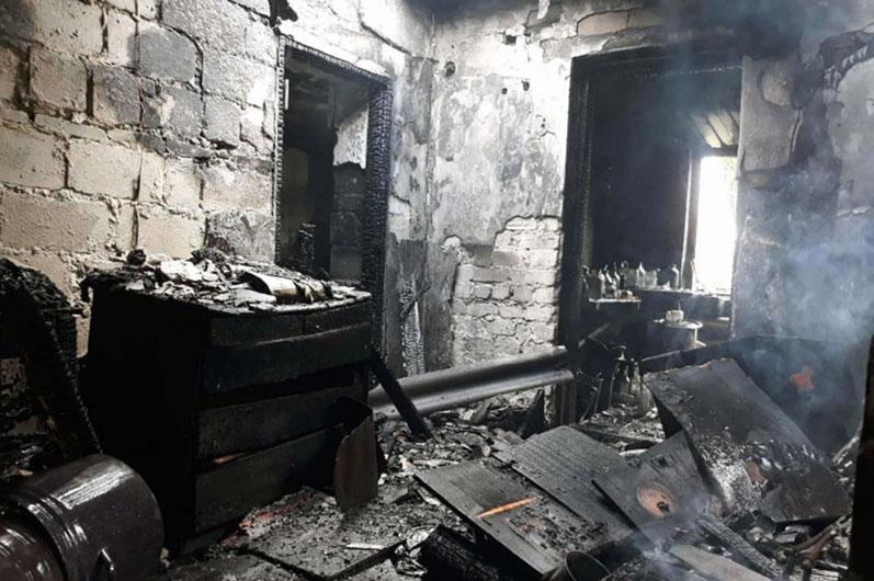 Жилой дом вместе с крышей и домашним имуществом сгорел в Петропавловском районе