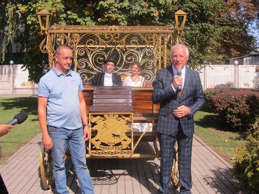 Настоящим принцессам и Павлограду подарили карету
