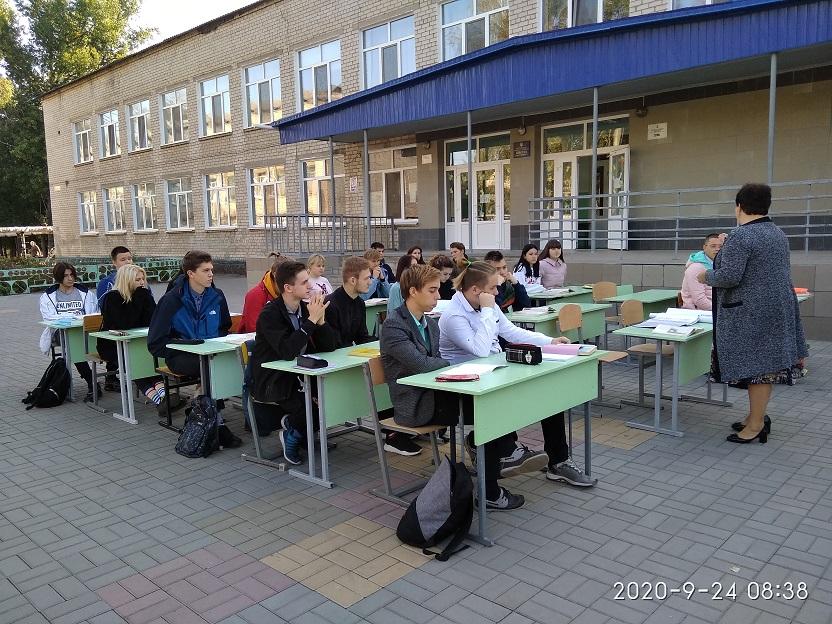 Воробьи и мухи не мешают школьникам Павлограда заниматься на свежем воздухе