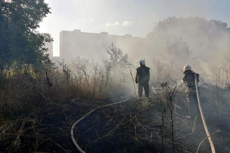 В Павлограде во время пожара спасали 27-летнего мужчину, мирно спящего в посадке