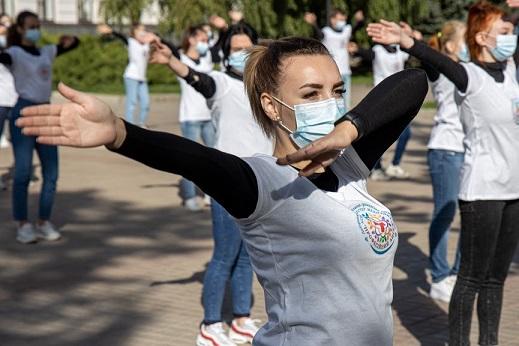Медсестры танцами и музыкой пугали коронавирус, но он устоял