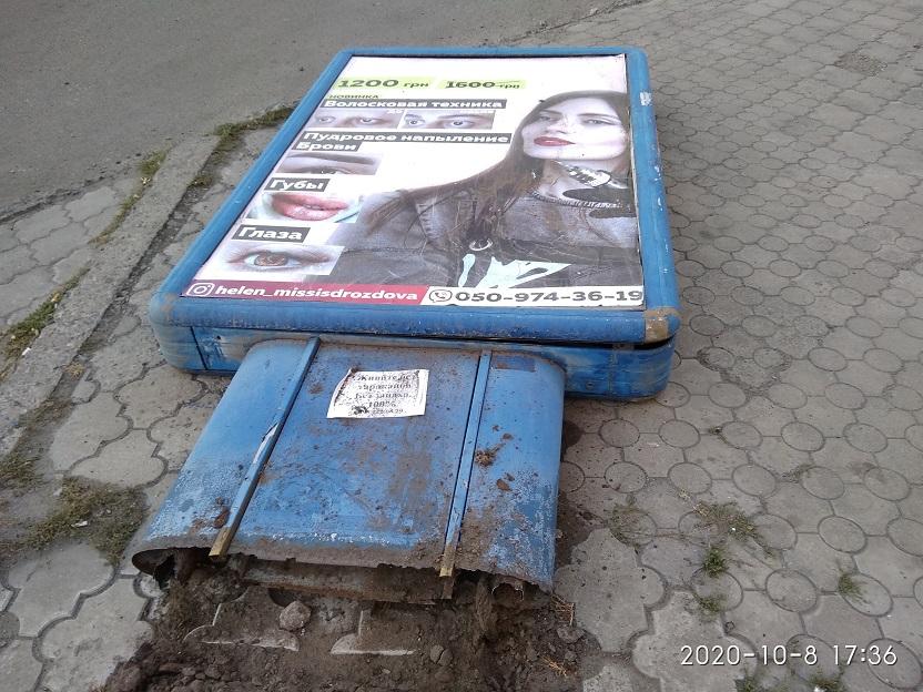 Ценитель истинной женской красоты «воевал» с сити-лайтом в Павлограде