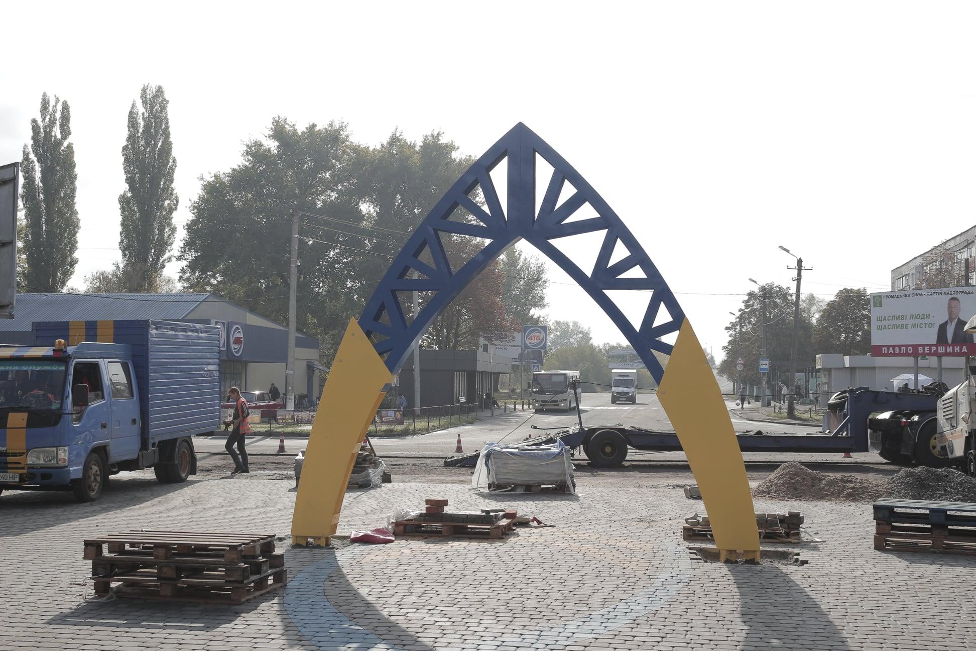 Бульвар Казацкой Славы, в Павлограде, вместо сабли, украсили  женским головным убором