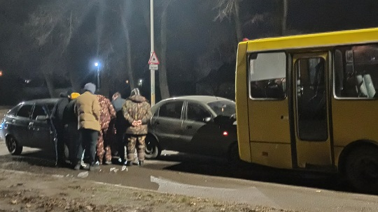 Два легковика врезались в маршрутку на ул. Днепровской в Павлограде