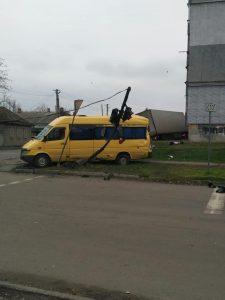 В результате столкновения фуры и микроавтобуса в Павлограде пострадал светофор
