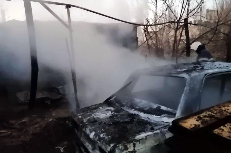 В Павлограде утром горели дрова, сарай и старые «Жигули»