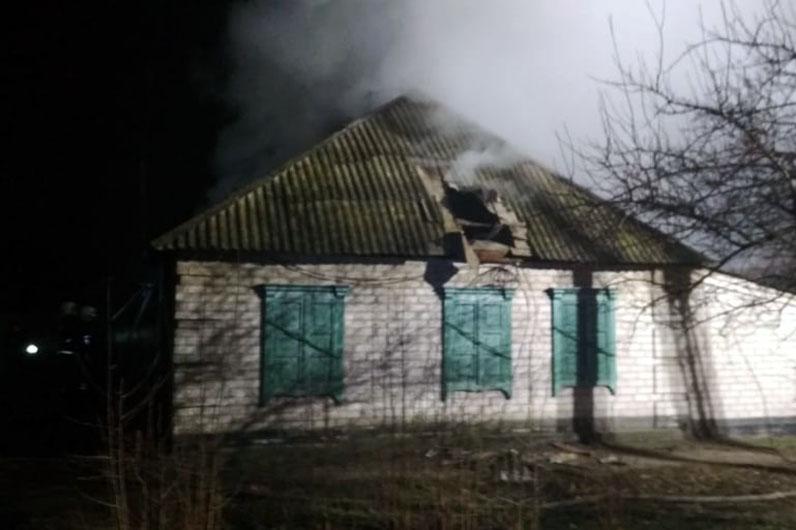 В течение часа спасатели тушили горящую крышу частного дома по ул. Светличной в Павлограде