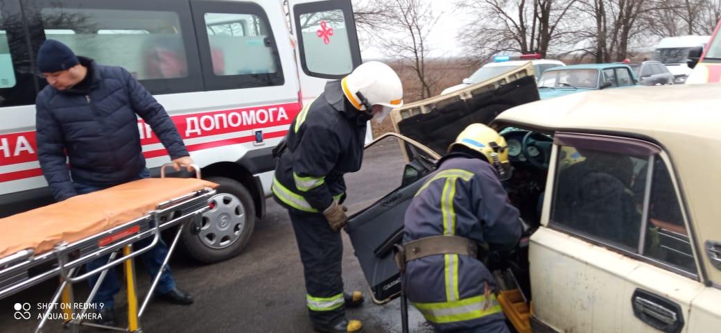 Под Павлоградом, водителя « Жигулей» пришлось извлекать из салона, при помощи домкрата