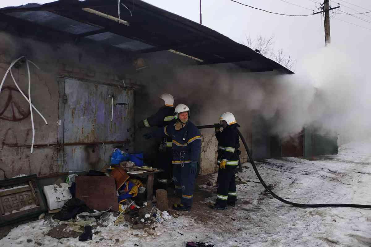 В Павлограде горел гараж, забитый до потолка нужными вещами