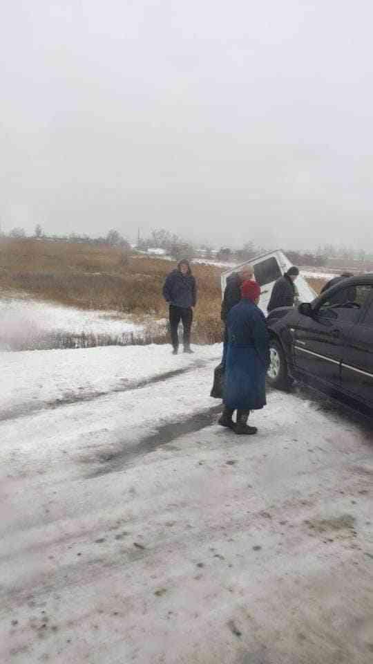 Под Богуславом микроавтобус с пассажирами  слетел в кювет