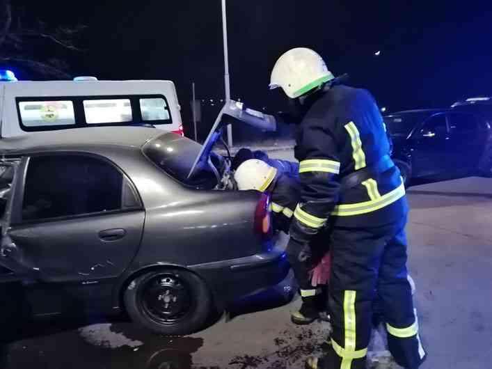 Спасатели доставали водителя из расплющенного в результате ДТП «Daewoo Lanos» в Павлограде